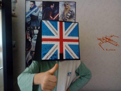 Ville : Ste SAVINE Collège : Paul LANGEVIN  Il sauve des vies, combat l'injustice, fait régner l'ordre et porte un casque très bizarre avec le drapeau du royaume-unis ! C'est le petit U.K !!!   (I love Scotland and England)