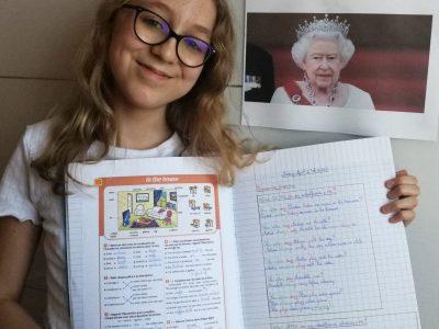 St-Doulchard, Collège Louis Armand Je suis en train d'apprendre, à la Reine Élisabeth II, une leçon sur les meubles de la maison en Anglais. Et pour son âge, elle se débrouille très bien et est très intelligente.