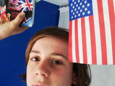 Nantes, Collège Françoise d'Amboise, Une photo avec mon haraps et mon drapeau, ce qui me motive pour apprendre l'Anglais