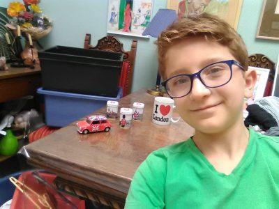 """59100 Roubaix Collège St Exupéry  Selfie avec petites boîtes a thé, Mini Cooper et sa tasse """"I love London"""", tout sa venue de Londres."""