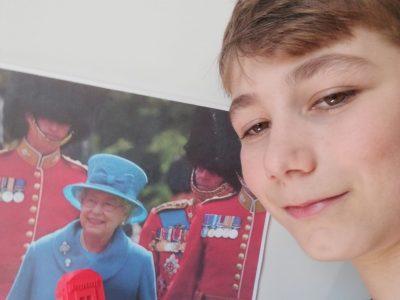 collège a Mirecourt, le collège Guy dolmaire.     cette photo et une image de la reine d'Angleterre, avec une une télécabine d'Angleterre dans mais mains et moi.