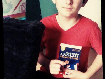 """Caussade,st Antoine. Souvenir de mon rôle de garde royal de buckingham au théâtre : """" un chapeau de garde"""". Petit trésor de collection : """" one penny """". Et quand je ne comprend pas j'ai un assistant """"mon dictionnaire d'Anglais""""."""