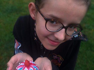 Thiers, Sainte Jeanne d'Arc Bonjour, je m'appelle Shayane et j'ai 12 ans. J'ai fais des petit cupcake et j'en aie décorée un avec le drapeau anglais. J'ai également rajouter des petites boules (comestible !) argentées qui me font vraiment penser aux bijoux (plus précisement à la couronne) de la reine Élisabeth II. La décoration m'a pris beaucoup de temps car c'était difficile à certain moment mais je suis contente et fière du résultat ! J'aimerais, comme beaucoup d'enfant, gagner et j'èpère que mes efforts n'ont pas étés vains ! Continuez comme ça; The Big Challenge, c'est TOP !!!
