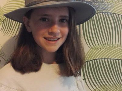 Cajarc, Collège George Pompidou.  J' ai volé un des chapeaux de la reine d' Angleterre!!! Alba Guerriero--Mareigner