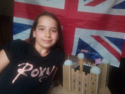 Collège Jean Jaures de Damparis (Jura) Ma photo devant la maquette de la tour de Londres que j'ai fabriquée
