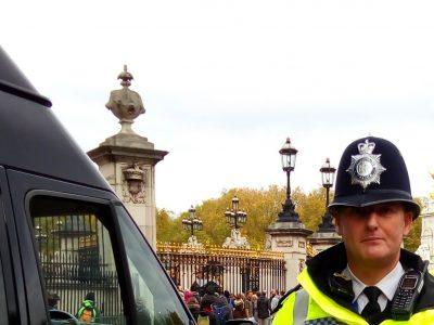 """Collège Marcel CARNE, Vineuil 41350 Rencontre avec """"an english cop"""" devant Buckingham Palace!"""