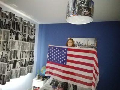 Je suis Emma TARDIEU et je suis dans le collège Maryse Bastié à Nantiat. Sur ma photo tout les objets qui m'entourent sont des objets anglais(Drap de lit, rideaux, lustre, drapeau, tableau derrière moi, etc...) J'adore les objets anglais comme on peut le voir.