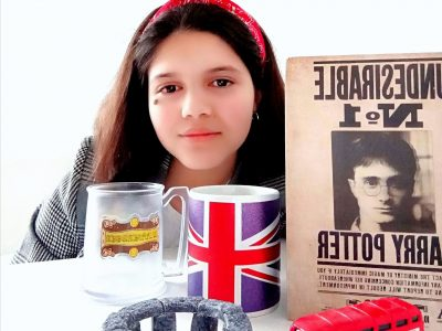 J'habite à Nieppe, une ville dans le nord de la France et j'étudie au collège ST Martin de Nieppe.  Voici un selfie de moi avec des objets en rapport avec le Royaume-Uni, vous pouvez voir qu'il y a: Une représentation miniature de Stonehenge; une tasse avec le drapeau du Royaume-Uni; la bière au beurre de Harry Potter; le bus-impérial rouge d'Angleterre et un carnet avec une affiche représentant Harry comme un indésirable.   J'aime beaucoup les pays anglophones et j'aimerais énormément allé à Harvard. Je suis déjà partie en Angleterre et au Pays de Galles.  J'espère que vous apprécierez ma photo ainsi que ma description.  Bye!