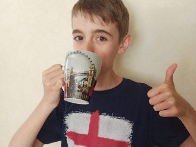 Alexy PAUVERT 4EC Collège Saint-Joseph à Auneau.  C'est l'heure du Tea Time alors je bois mon thé dans la tasse que j'ai ramené de Londres, je porte aussi un T-shirt que j'ai ramené de là-bas, je l'adore !