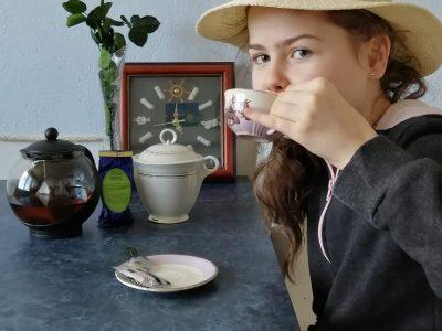 Collège st Joseph Morlaix 5ème C 5 o'clock,... It's tea time!!! Un chapeau comme la Reine; la rose, emblème de l'Angleterre, un blueberry green tea dans une jolie tasse en porcelaine(décorée de jolis chevaux tant appréciés par la Reine) bu avec style et élégance at 5 o'clock précises of course, accompagné de son biscuit!!
