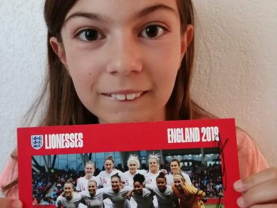 Mougins Collège Les Campelières Photo de l'équipe féminine de l'Angleterre dédicacée par les joueuses. Coupe du monde 2019.