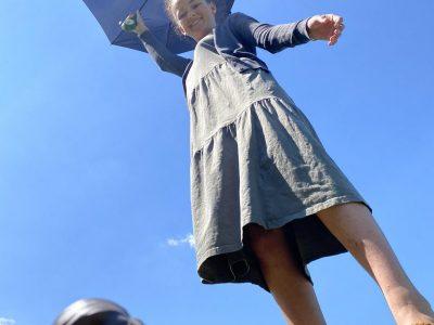 Chambéry, Saint François de Sales.  J'ai choisi de prendre mon selfie entouré de deux éléments de l'univers britannique qui sont Mary Poppins (parapluie) et ma figurine Harry Potter. J'ai aussi voulu prendre ma photo d'en bas pour faire comme si je volais.