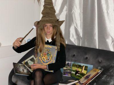 Je suis Jade Rivière ,A Auch dans le Gers, J étudie la magie en 6eme C à la célèbre institution qu'est l'Oratoire Ste Marie, sur le célèbre modèle Anglais d'Harry Potter.