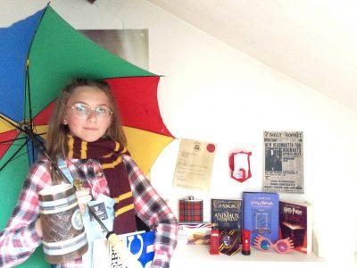 Je m'appelle Emma FRANÇOIS--GÉRARDIN. Je suis en 6ème5. Je suis au collège La Craffe à Nancy. J'ai un parapluie car il pleut en Angleterre. Étant potterhead (fan d' Harry Potter) je voulais forcement qu' Harry Potter ou les animaux fantastiques se retrouvent dans ma photo.