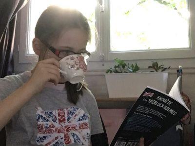 Paris  Sainte Anne Sainte Marie C'est l'heure du thé avec mon tee-shirt et mon livre moitié anglais moitié français je suis prête pour aller boire mon thé avec la reine et surtout ne pas oublier la distance pour ne prendre aucun risque!!! Rose