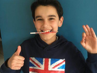 Bonjour, je m'appelle Antoine. J'habite à Marseille et je suis en 6è au collège Chevreul Blancarde. J'espère que la photo vous plaira : j'ai réuni tous les accessoires en rapport avec l'Angleterre que j'ai pu trouver chez moi ! Merci, Antoine CONENNA