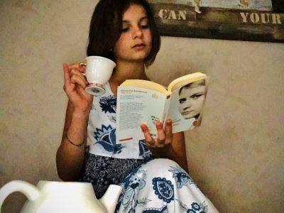 Bazancourt , Collège Goerges Charpak                                                                                                                                                                                                                                                                                                                                                                                                              Tea Time : je lis un livre en buvant du thé , je suis assise sur un pouf devant la carte du monde qui est écrite en anglais.