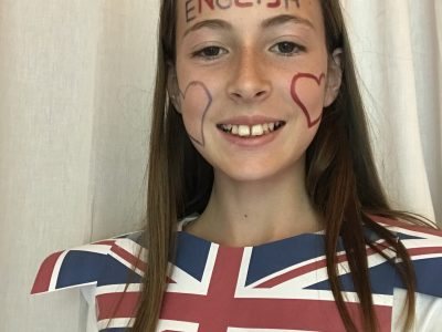 Saint Geniez d'Olt, collège Denys Puech. Veste en papier avec les drapeau du Royaume-Unis de ma fabrication ;-) !!!