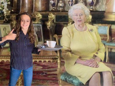 """Après le concours Big Challenge, une petite pause """"Cup of tea"""" bien méritée avec la Reine d'Angleterre !  Je suis Maïa du collège Saint Jean Baptiste de la Salle à Téloché"""