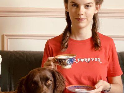Hello!  Voici une jeune anglaise digne de ce nom ;P !  Accompagné de ma chienne adorée (un springer anglais), je bois du thé dans une tasse tous droit venu du Buckingham Palace (véridique ! ) !  Je me suis rajouté des touches patriotiques dans mes cheveux : des drapeaux et une petite basket aux couleurs du Royaume Uni !  Je ne sais pas si vous aviez remarqué mais il y a un petit rébus fait avec le mot du t-shirt et la tasse de thé (tea forever !) !  J'adore l'angleterre et sa langue mais je suis française alors je me suis fait une coiffure à la Marie Antoinette ( je sais qu'elle est imparfaite cette coiffure mais j'ai passé tellement de temps à la faire et je n'ai pas d'outils professionel...) pour piquer les petits objets dans ma chevelure ! Bon courage pour ceux qui n'ont pas encore fait le big challenge ! Good luck !