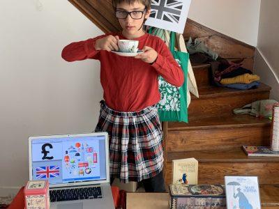 Montreuil  Collège Jean Jaurès   Les symboles de l'Angleterre : le chapeau des soldats, le thé, le drapeau, le Livre Sterling, un film ( Mary Poppins ), un dictionnaire Anglais - Français, la jupe écossaise, le bus, les cabines téléphonique et j'en passe.  Kyan Tamadon