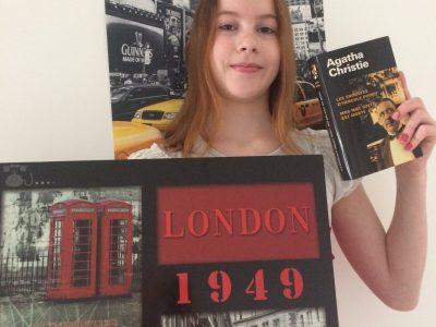 BAR-LE-DUC collège Jacques Prévert. Me voici avec un cadre représentant Londres et un livre d'Agatha Christie devant un poster de New-York.