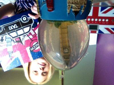 """Collège St Jean à La Madeleine Un petit tableau représentant les principaux """"atouts"""" de la ville de Londres ( le pont; les taxis; la reine; Big Ben; la cabine téléphonique...), une boule à neige qui vient de Londres, un poste de musique avec le drapeau du Royaume Uni : L'UNION JACK ! Tout cela nous rappelle vraiment tout ce monde anglais; trois objets et nous voilà à Londres!"""