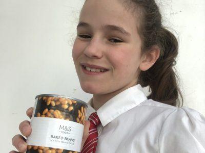 Bonjour. Voici ma photo. Je suis en 6ème au collège Colette à SARTROUVILLE (78500).  Pour moi, l'Angleterre est notamment représentée par la tenue des étudiants et les fameux Beans pour le petit déjeuner ... :)  Marion WILLE