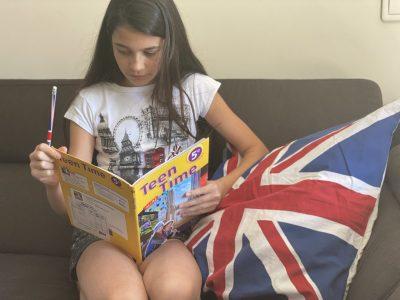 Cormeilles-en-Parisis College Louisse Weiss (Clara Costa 5e1)  Sur le canapé, en train de lire.