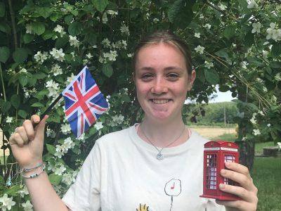 Je m'appelle Eugénie VESSELLE. Je suis au collège Eugène Leroy à Bergerac. Voici mes souvenirs de Londres avec le drapeau de la Grande-Bretagne et les célèbres cabines téléphoniques rouges bien sûr ! Ce fut un chouette voyage en famille et j'en garderais de très bons souvenirs.