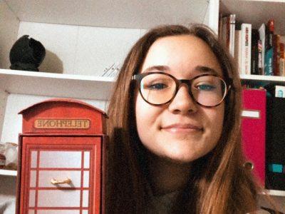 Saint-Aubin, collège Laurent Monnier. Voici une photo de moi et de la cabine téléphonique typique en Angleterre.