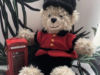 J'habite à chessy et je suis au collège Le Vieux Chêne.   Voici un garde londonien avec sa cabine téléphonique.