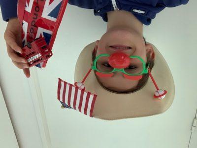 LESNEVEN, Collège St François Notre Dame Souvenirs des Etats-Unis : chapeau de cow-boy, drapeau et lunettes de Baseball et d'Angleterre trousse Union Jack et Bus londonien Le Toto Rigolo