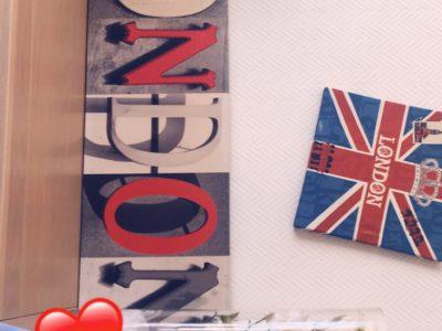 Bonjour je suis au collège de Maignelay  Montigny MG Blin et je vous envoie mon selfie devant un petit coin aménagé avec des tableau de Londre, un coussin avec la couronne et le drapeau de l'Angleterre ainsi une peluche souvenir de Canterberry.