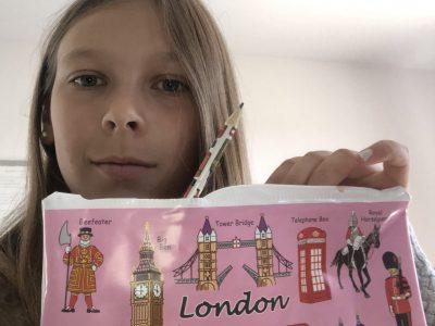 Pontarlier collège Philippe Grenier Voici une photo avec une trousse London un crayon London avec beaucoup de dessins dessus symbolisant l'Angleterre