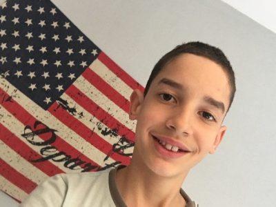 Vourles, collège louis querbes. voici mon selfie avec un drapeau américain.