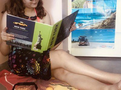 COLLEGE FERNAND LEGER -- VIERZON  Un petit air de vacances loin des côtes américaine. Tenu de plage, crème solaire, lunettes de piscine et de soleil, appareil photo et un livre de New York sur les genoux. Quoi de mieux qu'un petit voyage américain pour rêvasser !!!