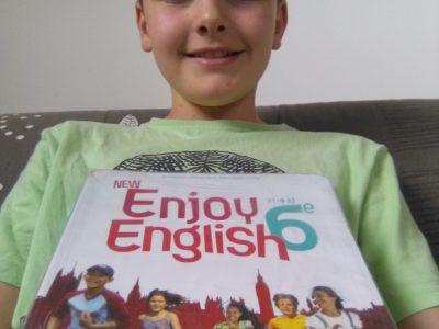 Caussade, collège Saint-Antoine. Voici ma photo avec mon livre d'anglais.