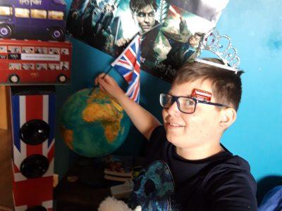 """Collège St Hildevert à Gournay en Bray """" L'Angleterre: Magique avec Harry Potter, stylé avec le bus impérial, rassemblé avec le drapeau Union Jack et éternelle avec la Reine et sa famille royale."""""""