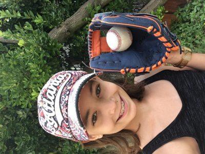 Ville: Bagneux Collège: St Gabriel  Voici une photo de moi avec une casquette provenant d'une ville américaine ainsi que mon gant et ma balle de Baseball.