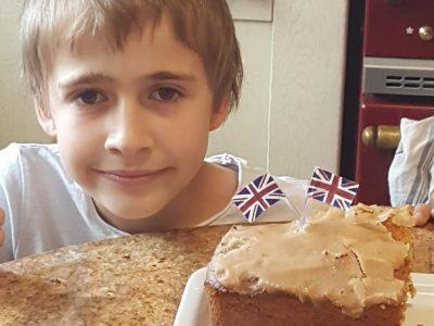 Chatillon / Indre ,collège Joliot Curie ,ce cake anglais que ma grand mère m'a préparé et ces deux drapeaux que j'ai déssinés font un parfait exemple sous signe de l'Angleterre !!!