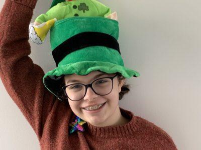 AMIENS Collège Sagebien  Bonjour, voici ma photo: j'ai pensé que le chapeau de la St Patrick ainsi que mon pull représentaient bien l'anglais.