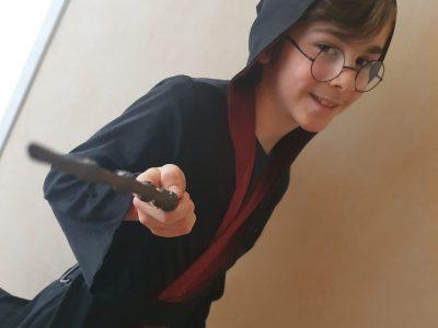 Nom de la ville : Suresnes ; Nom du collège : Collège Henri Sellier J'ai choisi d'interpréter Harry Potter parce que le film et très connu et qu'il se passe en Angleterre. Avada kedavra !