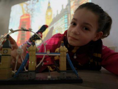 VILLE : RUEIL-MALMAISON COLLEGE : Les Martinets  A défaut de pouvoir visiter Londres, confinée dans ma zone rouge, je m'y projette virtuellement et ludiquement en lego !!!