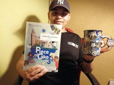 Collège Roland Dorgelès à Longvic (21) Ma super casquette de tous les jours, pour aller au collège. Mon livre d'anglais, afin de progresser. Et bien sûr, mon mug adoré, qui vient des Etats-Unis et qui m'a été offert l'été 2019 par mon oncle, pour compléter ma collection. MOREIRA Jonathan Student