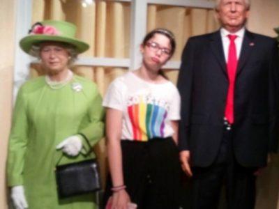 Hi ! Voici une photo de moi au musée Grévin avec, la reine d'Angleterre et le président américain Donald Trump .     Collège: Max Jacob à Quimper