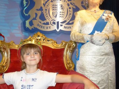 VARENNES SUR ALLIER Collège Antoine de Saint Exupéry   Petite photo (j'étais beaucoup plus jeune que maintenant ) à Madame Tussauds avec la statue de cire de la reine d'Angleterre !