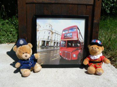 watten collège sacré coeur . Dans un bel été londonien la ville était a son comble la plus vivante qui soit ,les policier et les gardes  font la fête .