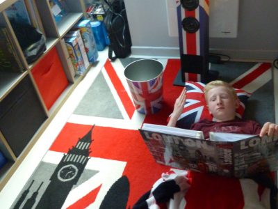Collège Marguerite Yourcenar de MARCHIENNES Commentaire de la photo: London's everywhere in my bedroom!
