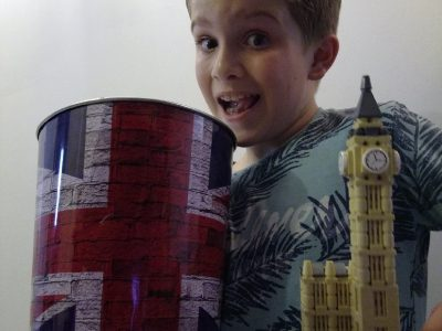 Collège Gérard Philipe à Pessac   Petit selfie de moi avec ma maquette de Big Ben et mes accessoires sur le thème de l'Angleterre...